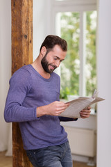 mann mit bart liest die tageszeitung