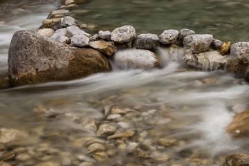 fließendes Wasser Bach mit Steinen