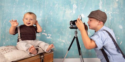 kleiner Junge fotografiert seinen Bruder