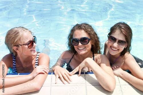Три девки а бассейне фото 367-944