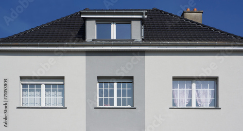 Graue Fassade modernisierte fassade eines altbaus mit schleppgaube in grau
