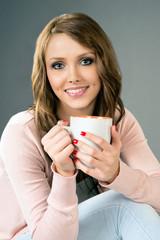 hübsche Frau mit einer Tasse Kaffee