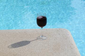 Erfrischungsgetränk am Swimmingpool
