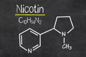 Schiefertafel mit der chemischen Formel von Nicotin