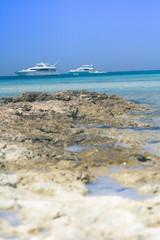Strand mit Yacht