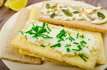 Crisp Crispbread with cheese spread with chives and seeds