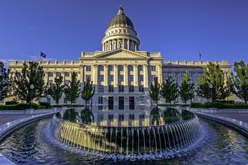 Fototapete - Pool of water in front of the Capital in Utah