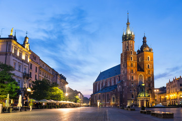 Tuinposter Krakau St. Mary's Church at night in Krakow, Poland.