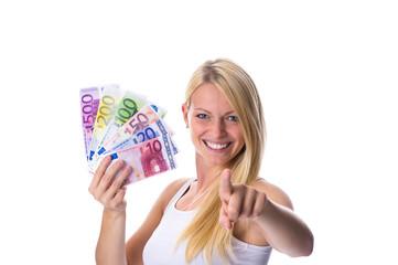 Blondine hält Geld in der Hand