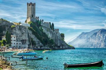Замок на скале в Мачесене. Озеро Гарда.