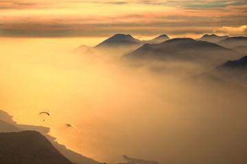 Вид с высоты птичьего полета на озеро Гарда