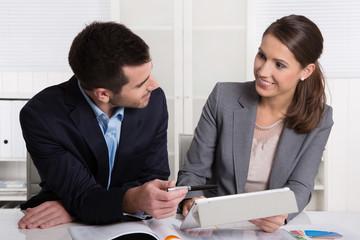 Junges Paar verliebt sich am Arbeitsplatz