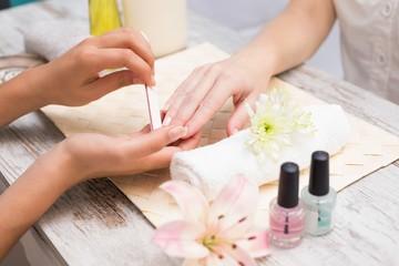 Poster de jardin Manicure Nail technician giving customer a manicure