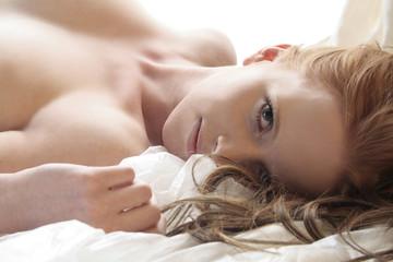 sinnliche Frau im Bett