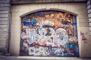 Graffitis sur porte en bois