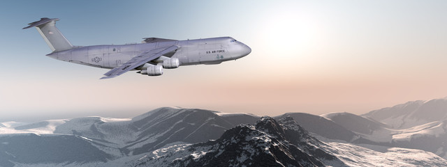 Militärisches Grossraum Transportflugzeug im Flug über Berge