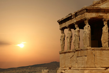 Stores à enrouleur Athènes Caryatids on the Athenian Acropolis at sunset, Greece