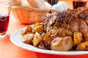 Arrosto cotto al forno con contorno di patate e cipolline
