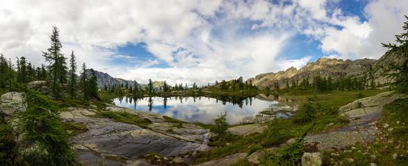 Panorama su lago di montagna