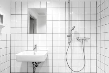 Badezimmer mit weißen Fliesen