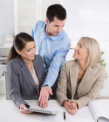 Besprechung im Büro: hohe Frauenquote in Unternehmen