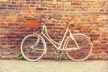 Foto op Plexiglas Fiets White bike near brick wall
