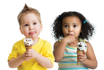Papier Peint - kids boy and girl eating ice cream isolated