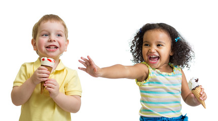 Papier Peint - Happy kids boy and girl eating ice cream isolated