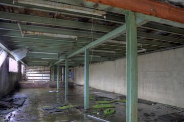 vieux hangar avec des piliers vert