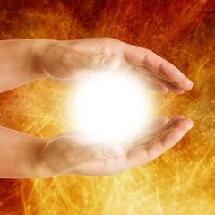 Meditation - Hände halten strahlendes Licht