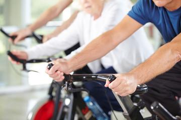 Hände von Senioren im Fitnesscenter
