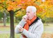 Senior Mann mit Taschentuch beim Husten