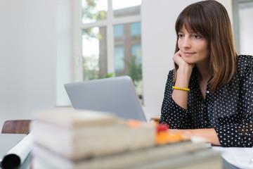 frau im büro arbeitet am laptop