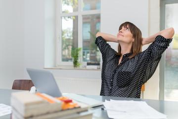 zufriedene geschäftsfrau am arbeitsplatz