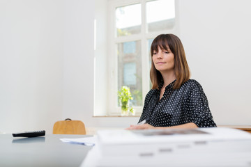 mitarbeiterin in einem modernen büro