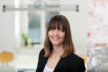 lächelnde geschäftsfrau in einem modernen büro