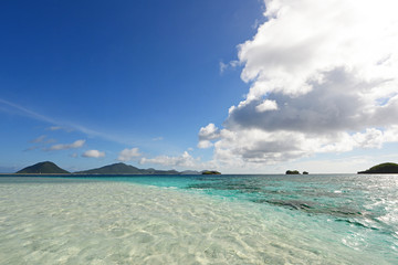 美しく輝く沖縄の海