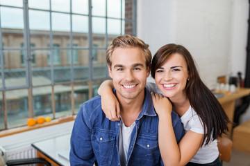 glückliches junges paar umarmt sich zu hause