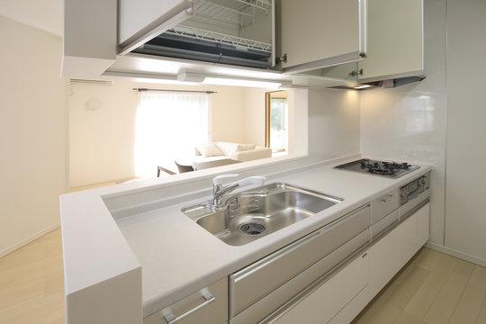 対面式キッチンとリビングルーム 収納棚開き イメージ
