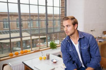 junger mann wohnt auf fabrik-gelände
