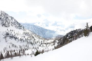 montagna invernale con neve