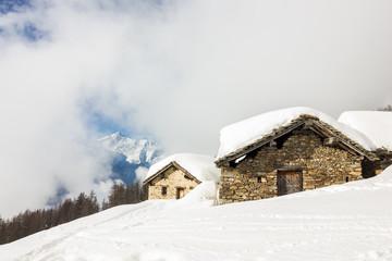 Wall Mural - Casa innevata in montagna