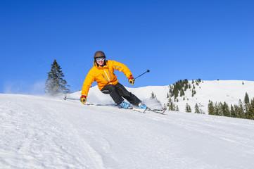 sportlich skifahren auf der Piste