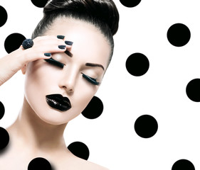 Zelfklevend Fotobehang Fashion Lips Vogue Style Model Girl. Trendy Caviar Black Manicure