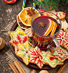 Warming mulled wine, spices and gingerbread cookie