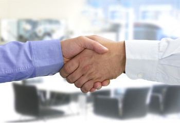 Hände beim Vertragsabschluss im Besprechungszimmer