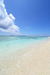 美しい砂浜と透明な波