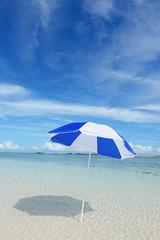 穏やかな海とビーチパラソル