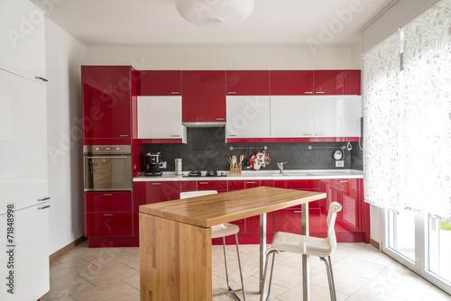 cucina rossa e bianca\