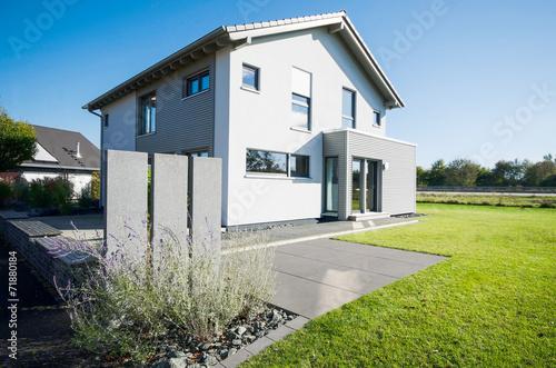 Modernes wohnhaus mit garten stockfotos und lizenzfreie for Modernes wohnhaus